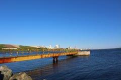 在水泥平台的一盏红色立标灯在Canso海峡在口岸Hawkesbury新斯科舍附近的 免版税库存照片