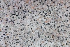 在水泥的小卵石 免版税库存图片