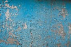 在水泥的破裂的老蓝色油漆 免版税库存图片