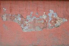 在水泥膏药的老破裂的桃红色油漆 免版税库存照片