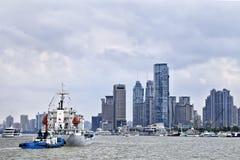 在黄浦江,上海,中国的船 库存照片