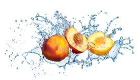 在水浪花的桃子。 库存照片