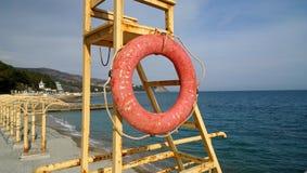 在黑海岸的老救生驻地与保险索 库存照片