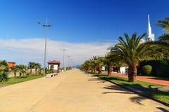 在黑海海岸的沿海岸区散步在巴统,乔治亚 免版税库存图片