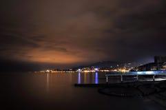 在黑海海岸线的夜视图在Adler,俄国 免版税库存照片