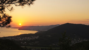 在黑海海湾的美好的五颜六色的金黄日落在山旁边 Tuapse,俄罗斯 免版税库存照片