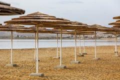 在死海海滩的秸杆遮光罩 库存照片