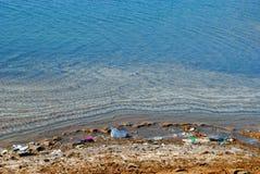 在死海的岸的污染 图库摄影