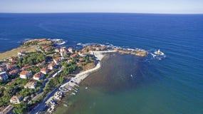 在黑海的美好的小镇手段从上面 免版税库存图片