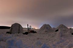 在冻海的雪园屋顶的小屋北Lig的背景的 库存照片