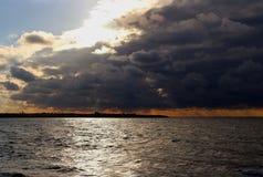 在黑海的暴风云沿岸航行在晚上日落 免版税库存照片