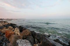 在黑海,罗马尼亚海滨的岩石边 库存照片
