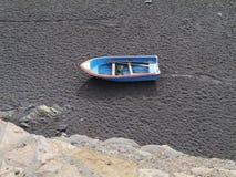 在黑海滩的一艘船费埃特文图拉岛 库存图片