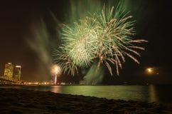 在从海滩看见的水的烟花,在巴塞罗那 免版税库存图片