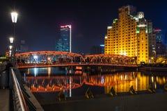 在吴淞江的Waibaidu桥梁在附近的 免版税图库摄影