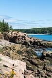 在巴港附近的岩石海岸 库存照片