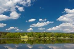 在滨湖克尔,在春天期间的德国附近的一个湖 库存照片
