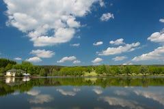 在滨湖克尔,在春天期间的德国附近的一个湖 免版税库存照片