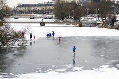 在冻湖的儿童冰鞋 库存照片