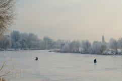 在冻湖的冬天渔 免版税库存照片