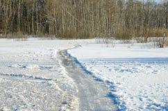 在冻湖的冰道路 免版税库存图片