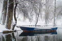 在冻结湖的小船 免版税库存照片