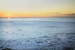 在冻湖的日落 库存照片