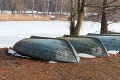 在冻湖的被倒置的小船 库存照片