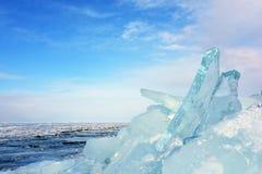 在冻湖的透明蓝色冰层 库存图片