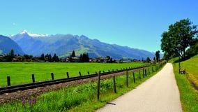 在滨湖采尔,奥地利骑自行车道路和人行道 库存照片