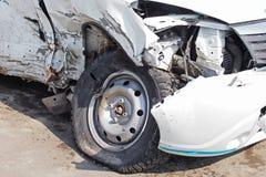 在崩溃以后的损坏的汽车 图库摄影