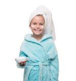 在洗澡以后的小女孩与在她的面颊的奶油 免版税库存图片