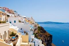 在破火山口峭壁边缘的Fira风景在叫作圣托里尼的锡拉海岛上,希腊 库存照片