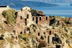 在破火山口的废墟在Oia村庄,希腊 免版税库存图片