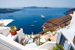 在破火山口边缘的Fira镇在圣托里尼海岛,希腊上 库存照片