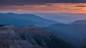 在从点看的日落期间的五颜六色的山层数至尊,锡达布雷克斯国家保护区,犹他 免版税库存图片