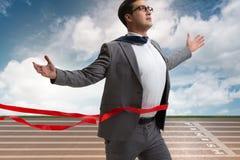 在终点线的商人在竞争概念 免版税库存图片