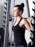 在锻炼期间的美丽的浅黑肤色的男人在健身房 免版税图库摄影
