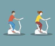 在锻炼脚踏车的夫妇 免版税库存图片