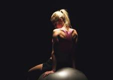 在锻炼以后的Ftness妇女在黑背景 免版税库存照片