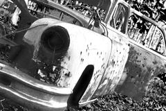 在破烂物汽车的弹孔 免版税库存照片