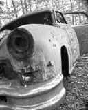 在破烂物汽车的弹孔 免版税库存图片