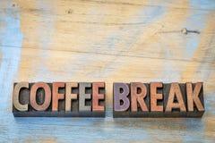 在活版木头类型的咖啡休息横幅 免版税库存图片