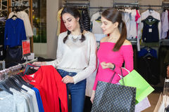 在购物中心的两逗人喜爱的女孩步行与礼物请求 库存图片