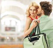 在购物中心的乐观夫妇消费休闲 库存图片
