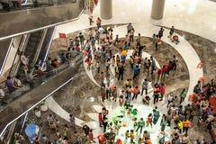 在购物中心的人群 库存照片