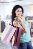 在购物中心的可爱的印地安模型 免版税库存图片