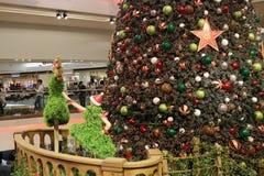 在购物中心的圣诞树在2015年 库存图片