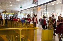 在购物中心的圣诞节游行 免版税库存图片