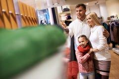 在购物中心的家庭 图库摄影
